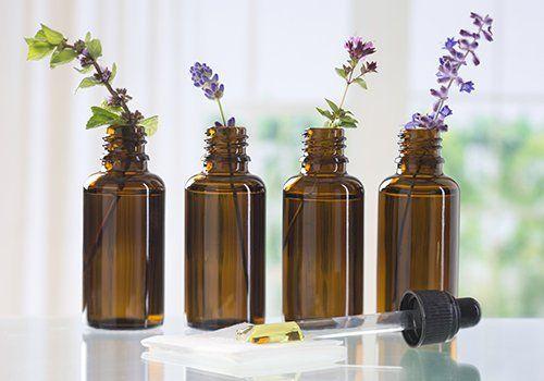 quattro bottiglie di oli essenziali