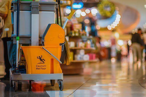 contenitore arancione per liquido per pulire i pavimenti