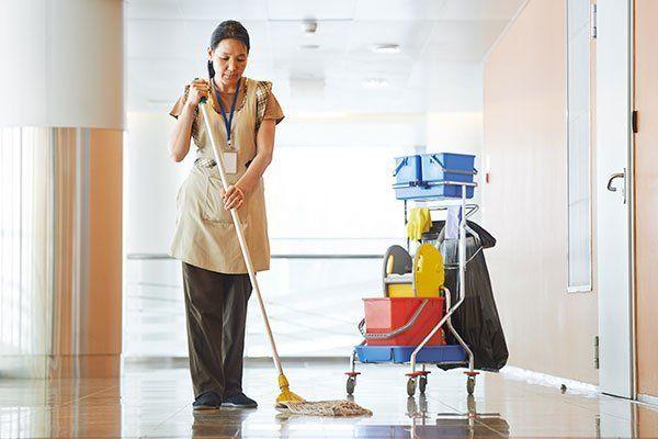 donna che lava il pavimento con il moccio