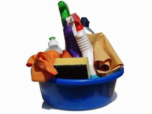 Catino con prodotti di pulizia