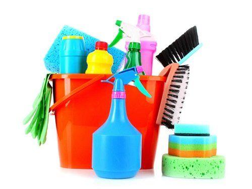 Secchio con prodotti di pulizia