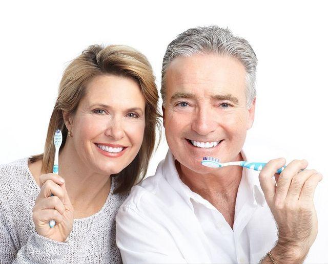 coppia anziana con spazzolini
