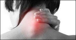 donna affetta da dolori cervicali
