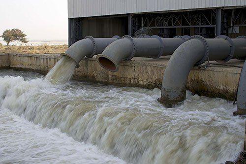 Acqua scorre dai tubi della pompa per irrigazione a San Cataldo