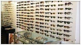 Vasto assortimneto di occhiali da sole di tendenza