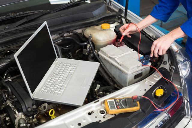 Un meccanico che svolge un controllo su una batteria per auto