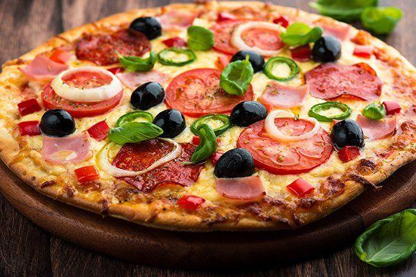 Pizza peperoni, cipolla, olive e pomodori