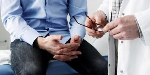 mani di medico e di paziente anziano