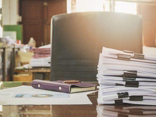 scrivania con documenti contabili