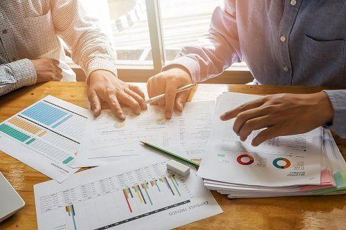 commercialista durante mostra dati contabili
