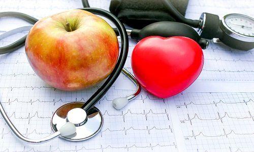 una mela,un cuore e uno stetoscopio