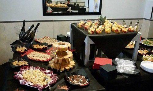 un buffet con degli antipasti e stuzzichini per un aperitivo