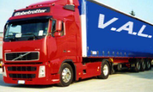 Camion per trasporti a lunga percorrenza della ditta v.a.l.