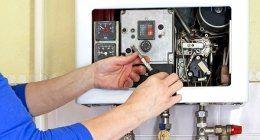 operaio mentre sistema un filo all`interno di un impianto elettrico