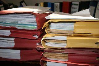 pile di documento e raccoglitori