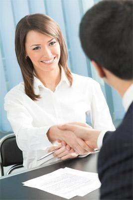 uomo che stringe la mano ad una donna