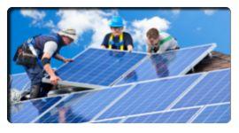pannelli fotovoltaici, operai che installano i pannelli, tetto di una villetta