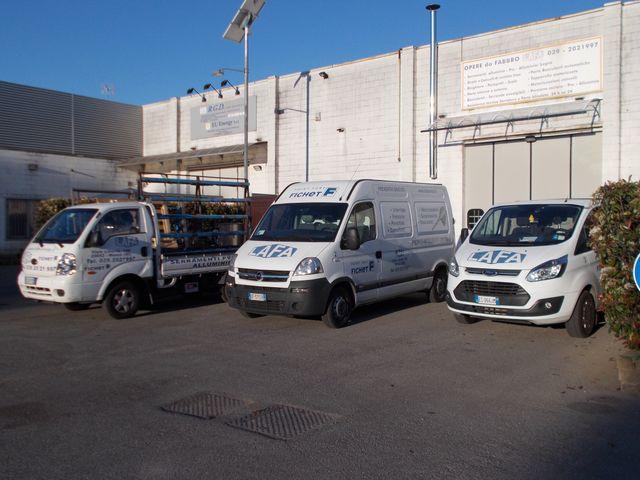 tre furgoni bianchi