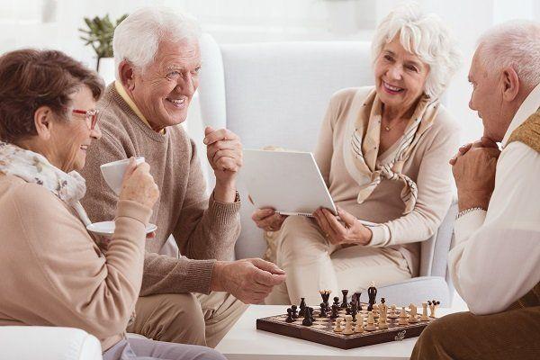 dei signori anziani seduti che chiacchierano
