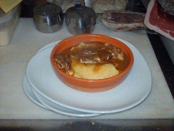 piatto di carne e zuppa