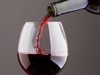 vino rosso versato in un calice