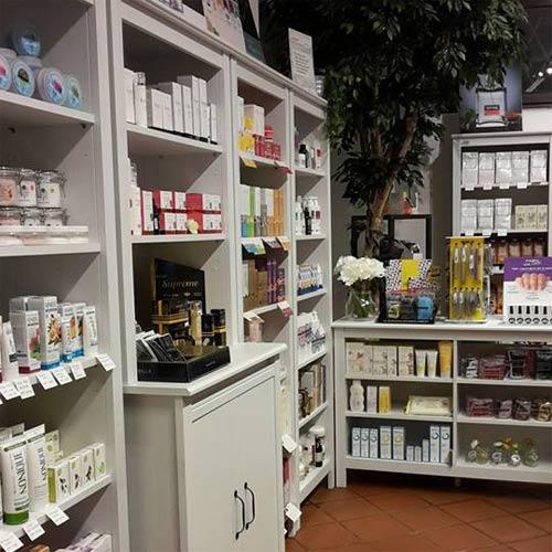 Scaffali dei prodotti biologici presso Anima Bio, beauty&benessere, a  Rovereto