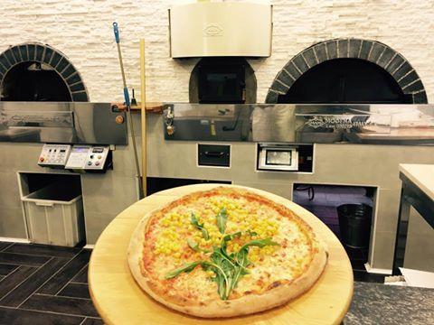 pizza mimosa appena sfornata