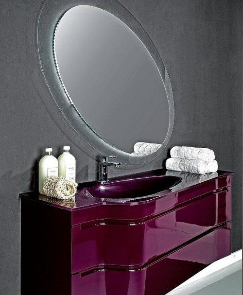 vista interna di un bagno moderno con lavabo, specchio, asciugamani e oggeti bagno