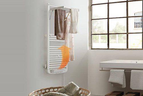 bagno moderno con lavabo, asciugamani e finestra in vetro