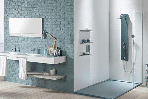 bagno moderno con box doccia , lavabo, specchio, pavimento in legno e oggetti bagno