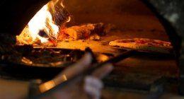 forno a legna con pizza