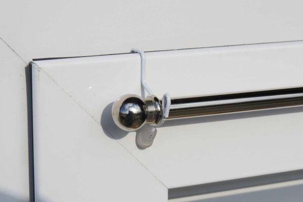 bastoncino innestato su un infisso in alluminio