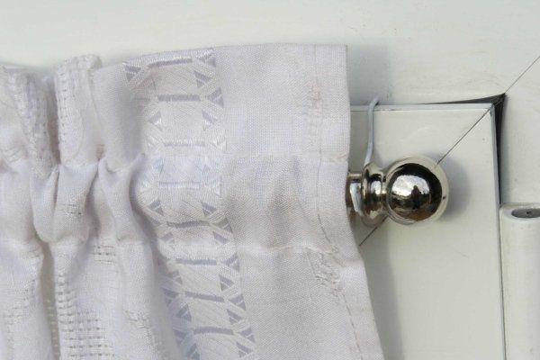 tendina e bastoncino su infisso in alluminio