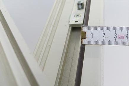misurazione della battuta anta per l'uso di supporti per infissi