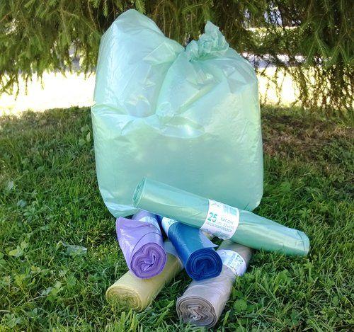 sacchetti per la spazzatura appoggiati sull`erba