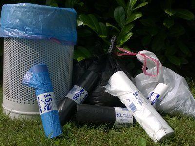 sacchetto blu dentro un bidone e sacchetti avvolti