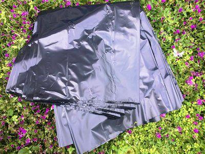 sacchetti di plastica in un prato fiorito