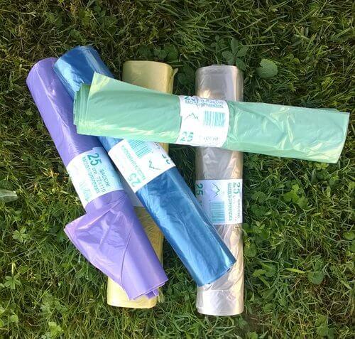 Rotoli di sacchetti di plastica di colore,verde, arancio e blu