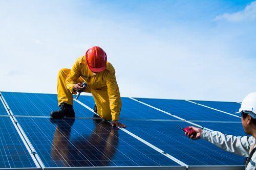 operatore installando un panello solare