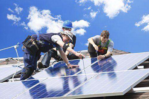 operatori sistemando un pannello solare
