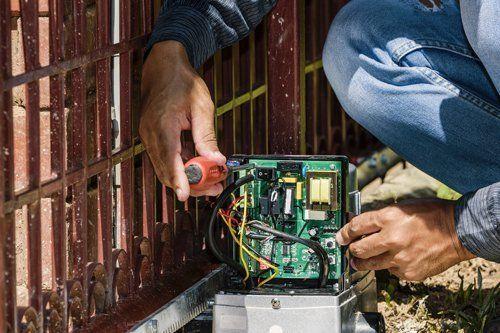 operatore sistemando un circuito elettrico