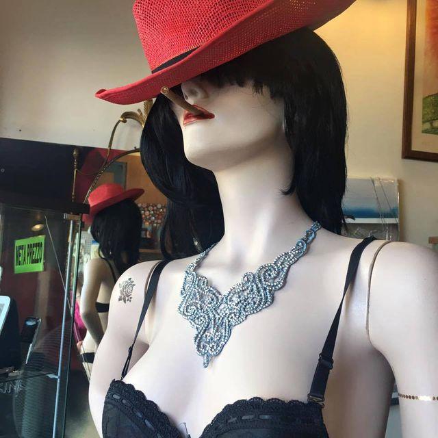 Vista frontale del negozio A2Rina Pawn Shop a Milano