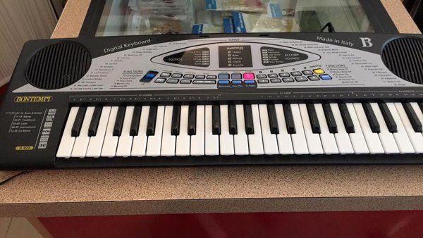 Strumenti musicali usati al negozio A2Rina Pawn Shop a Milano