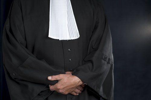 foro di un avvocato con toga, visto da davanti
