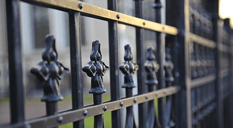 vista ravvicinata delle rifiniture di un cancello in ferro battuto