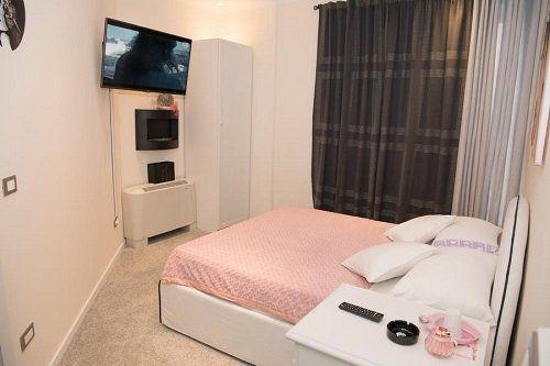 camera con letto matrimoniale e tv