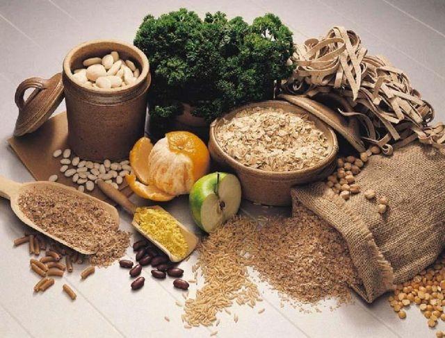 un'immagine di pasta integrale, frutta secca, fiocchi di avena , frutta e verdura