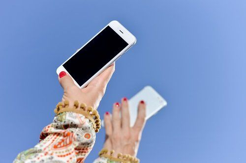 due mani con due smartphone