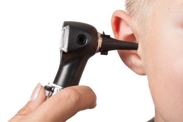 Bambino durante un test dell'udito