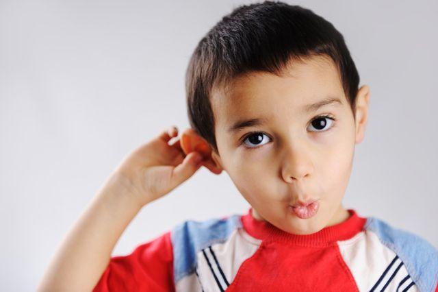 Bambino che si tocca un orecchio